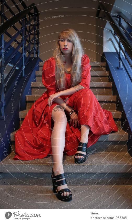 . Mensch Frau schön ruhig Erwachsene feminin Zeit Denken Treppe blond sitzen Kreativität warten beobachten Coolness Neugier