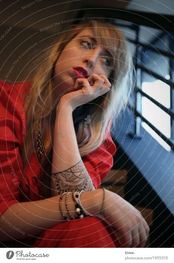 . Mensch Frau schön Einsamkeit Erwachsene Gefühle feminin außergewöhnlich Zeit Haare & Frisuren Denken blond warten beobachten Neugier Kleid