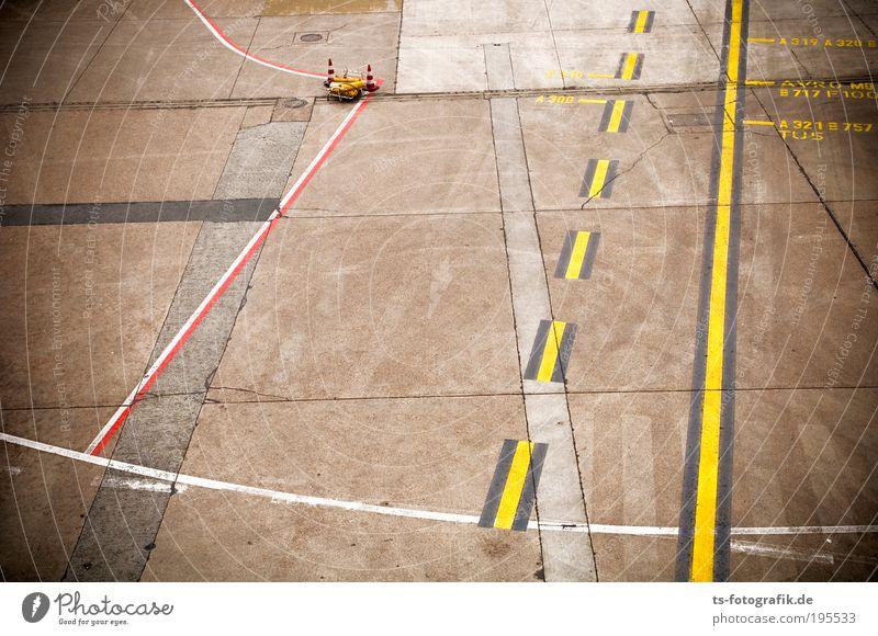 Flugzeug-Spielfeld Ferien & Urlaub & Reisen gelb Bewegung grau Linie warten Beton Verkehr Luftverkehr Tourismus Flugzeugstart Zeichen Flughafen Mobilität