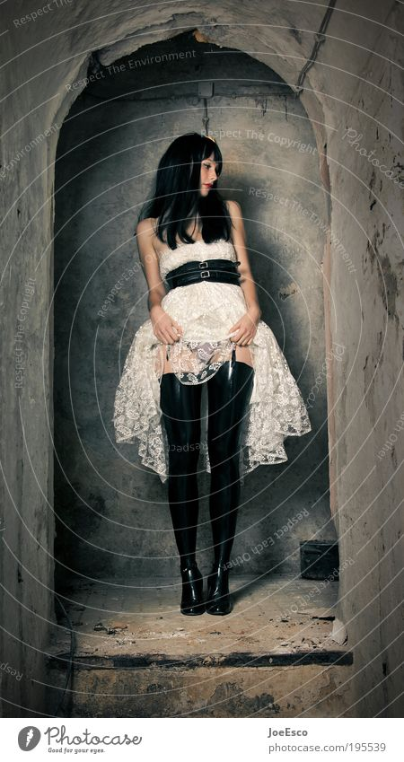 aufmerksamkeitslenkung Frau Mensch schön Erotik dunkel Wand Stil Mauer Feste & Feiern Mode Erwachsene Wohnung Treppe Coolness stehen Kleid