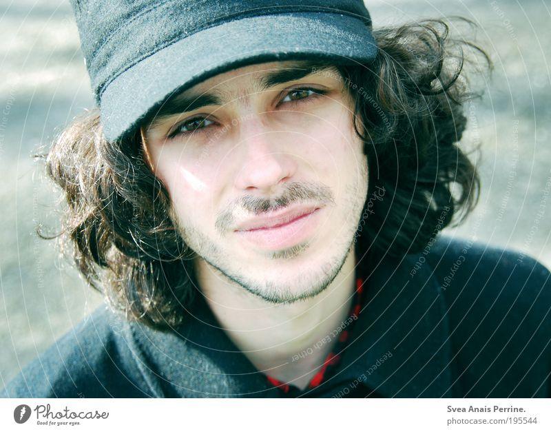 selbstmördergrab. Lifestyle maskulin Junger Mann Jugendliche Gesicht Auge 18-30 Jahre Erwachsene Park Mantel Mütze brünett langhaarig Locken beobachten Denken