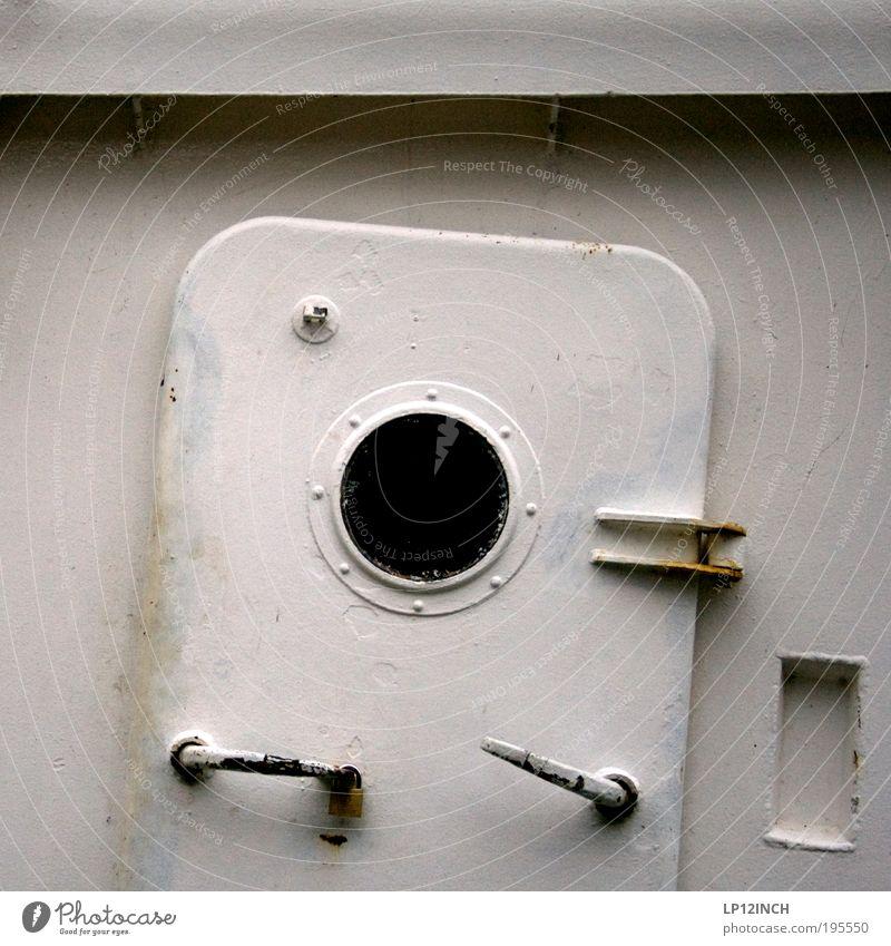 Schiefer Haussegen alt weiß Ferien & Urlaub & Reisen grau Wasserfahrzeug Angst Tür gefährlich trist Hafen Neugier gruselig Stahl Todesangst entdecken Rost