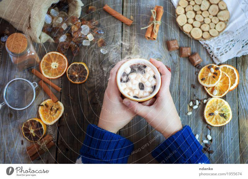 Tasse Kaffee mit Süßigkeiten Mensch Frau Jugendliche blau Hand Winter 18-30 Jahre Erwachsene Essen Holz grau braun oben Frucht frisch Arme