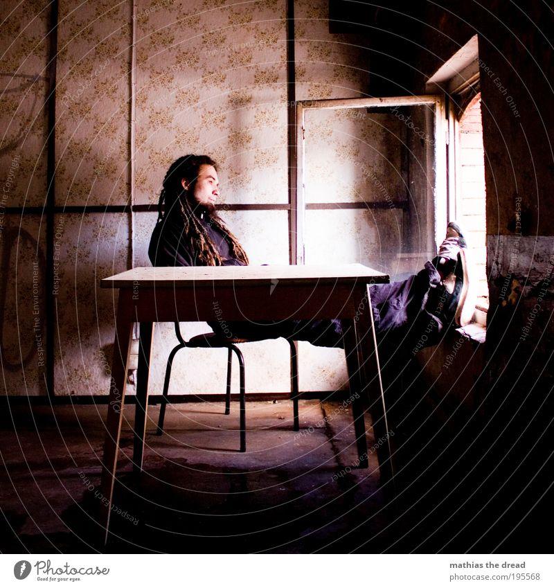 KREATIVE PAUSE Mensch Jugendliche Einsamkeit Erwachsene Erholung Fenster Wand Gebäude Mauer Denken Fassade sitzen maskulin Tisch Pause Stuhl