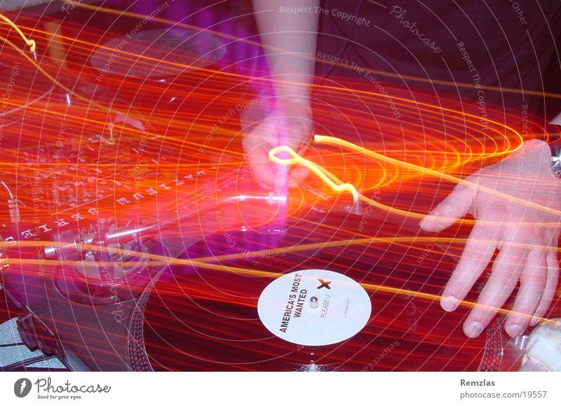 Amarican´s most wanted? Diskjockey Hand Plattenteller Licht Langzeitbelichtung Mensch Musik