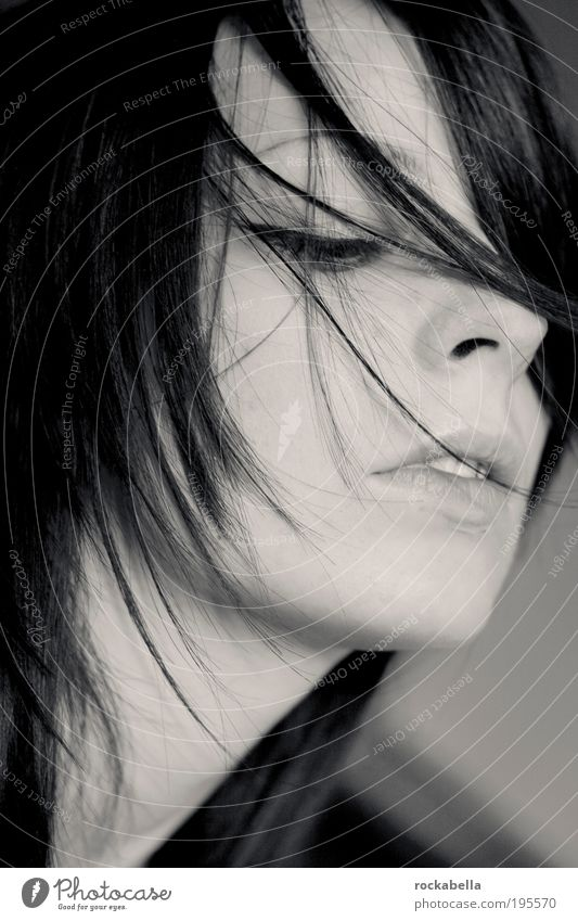 Porträt Frau feminin Junge Frau Jugendliche schwarzhaarig genießen träumen ästhetisch natürlich Verschwiegenheit Sympathie Gefühle Sinnesorgane Schwarzweißfoto