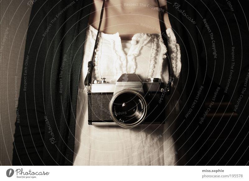 blick in die kamera feminin Haut Sammlerstück beobachten hängen historisch schön schwarz weiß Fotokamera Halskette umhängen Fotografie Strickjacke Top