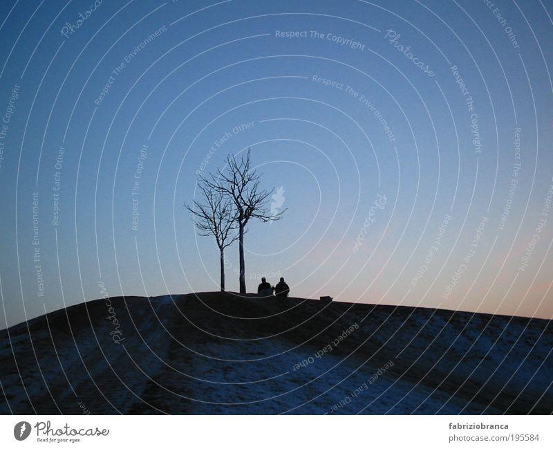 Zweisamkeit Mensch Natur Himmel Baum blau schwarz sprechen träumen Traurigkeit Paar Denken Landschaft Luft warten Horizont Kommunizieren