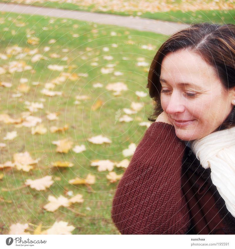 draussen mit s .. Frau Mensch Natur Jugendliche Gesicht Herbst Wiese feminin Garten Haare & Frisuren träumen Kopf Park Mund Zufriedenheit Erwachsene