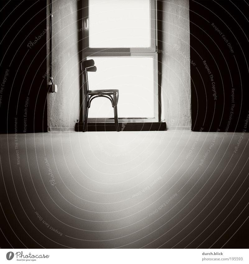 Lichtnische Bauwerk Gebäude Mauer Wand Fenster Boden Stuhl Beton Holz Glas kalt schwarz weiß ruhig Reinheit ästhetisch Ordnung rein Symmetrie 6x6 Film körnig