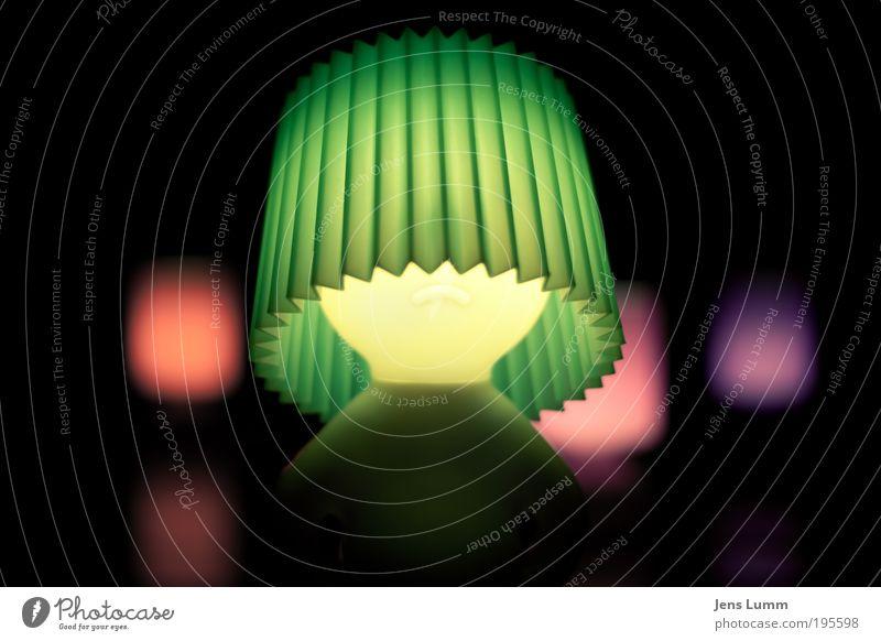 a lamp stands down on broadway Lampe Lampenschirm Beleuchtung Kunststoffverpackung gelb grün violett rosa rot Stimmung Schwache Tiefenschärfe Farbfoto