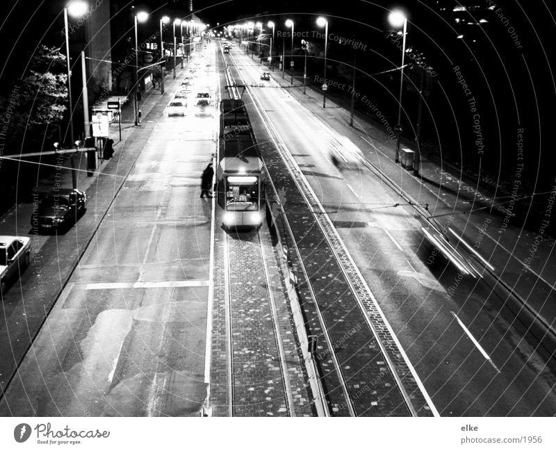 gleich geht es weiter Mensch Straße PKW Verkehr Gleise Laterne Straßenbahn einsteigen