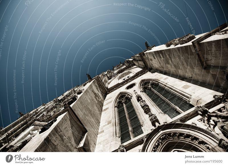 St. Peter Himmel Wolkenloser Himmel Sommer Kirche Dom alt blau Glaube demütig Religion & Glaube Regensburg Fassade Fenster Torbogen Farbfoto Außenaufnahme