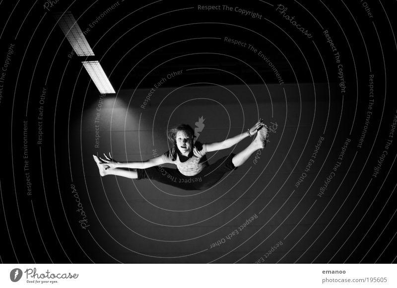 grätschwinkel Kind Jugendliche Mädchen Freude schwarz Sport feminin springen Bewegung Körper elegant fliegen frei Freizeit & Hobby leicht