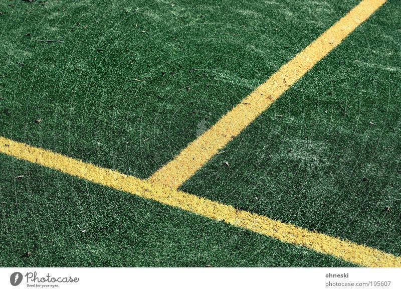 T(eppich) Sport Sportveranstaltung Erfolg Verlierer Fußball Sportstätten Fußballplatz gelb grün Linie Mittellinie Kunstrasen Farbfoto mehrfarbig Außenaufnahme