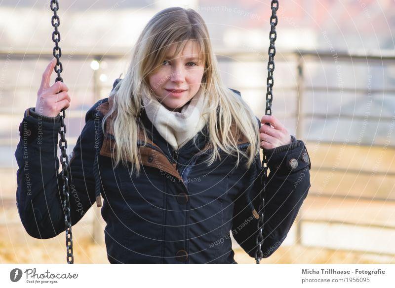 Junge Frau auf der Schaukel Mensch Jugendliche blau Stadt Sonne Hand Haus 18-30 Jahre Gesicht Erwachsene Auge gelb feminin Haare & Frisuren
