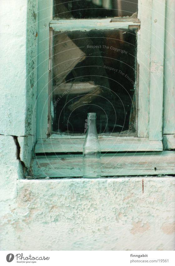Flasche am Fenster obskur türkis Ruine Zerbrochenes Fenster