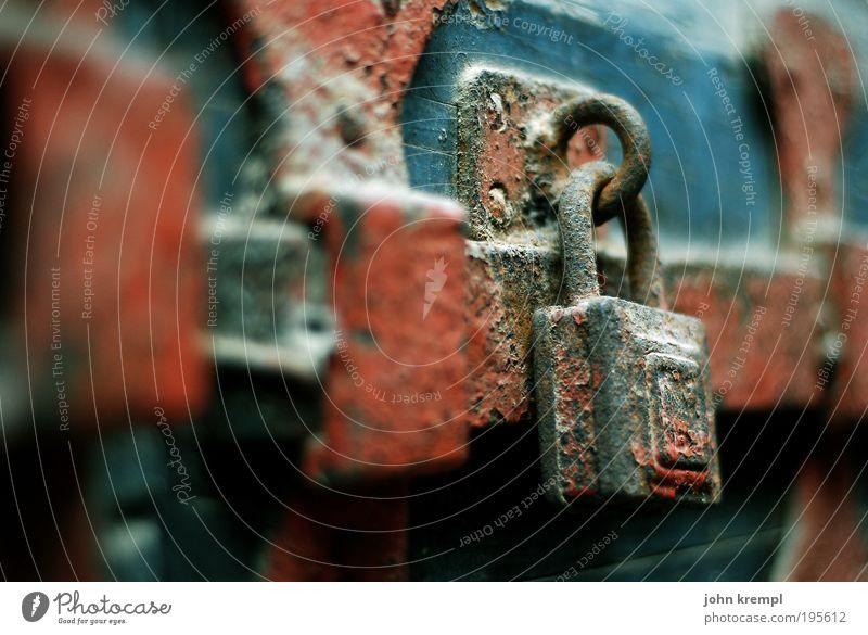 keuschheitsgürtel Tür Türschloss Riegel Tor Eingang alt dunkel historisch blau braun rot Verantwortung achtsam Wachsamkeit Traurigkeit Sorge Trauer Angst