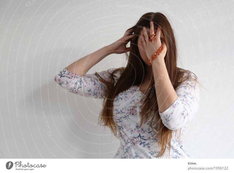Natalia feminin Frau Erwachsene 1 Mensch Hemd Schmuck Halskette brünett langhaarig festhalten Traurigkeit schön Sicherheit Schutz Geborgenheit Verschwiegenheit