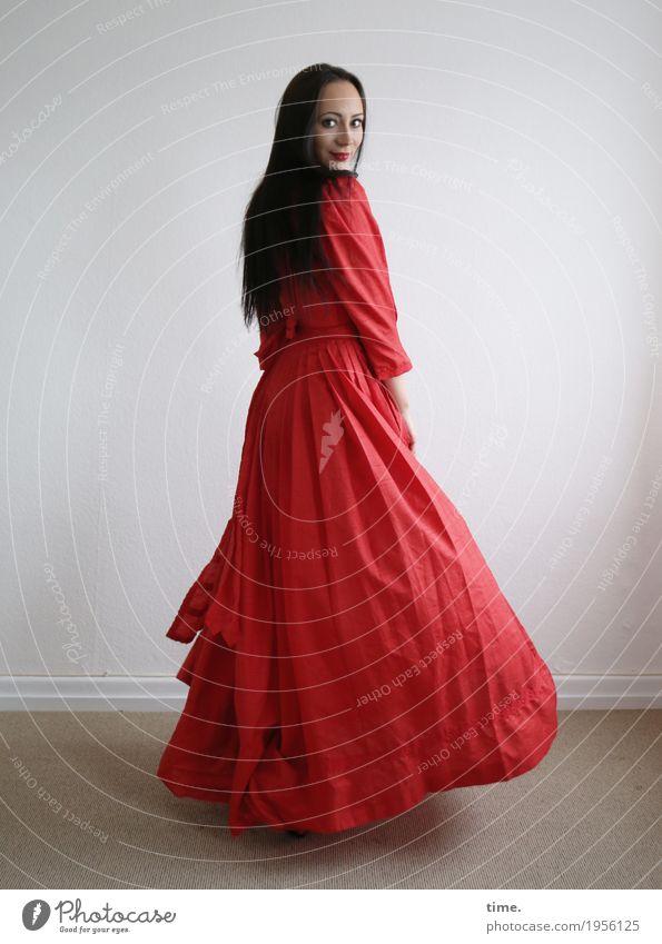 Nastya Raum feminin Frau Erwachsene 1 Mensch Kleid schwarzhaarig langhaarig beobachten Lächeln Blick Tanzen Freundlichkeit schön rot Glück Lebensfreude