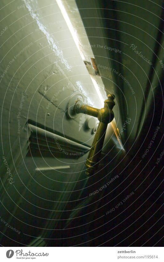 Spalt Tür Spalte Griff Schloss dunkel hell Licht Schatten Neugier Raum Wohnung Häusliches Leben Holz Messing offen geschlossen schließen angelehnt Windzug