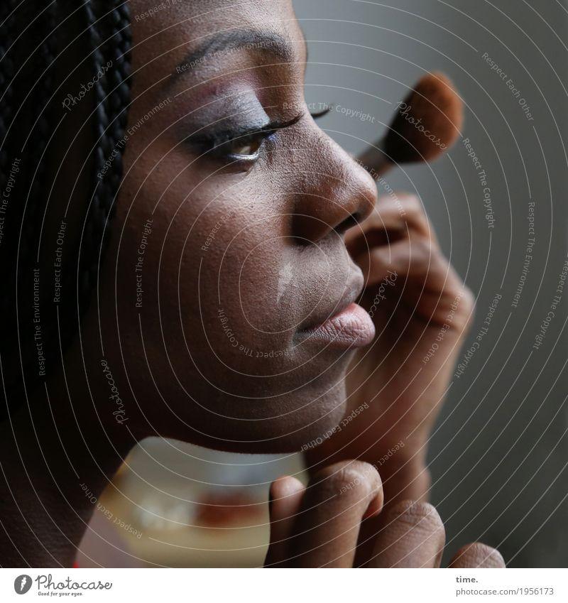 Tash Stil schön Haut Gesicht Schminke feminin Frau Erwachsene 1 Mensch Accessoire Pinsel schwarzhaarig Rastalocken beobachten entdecken festhalten Blick
