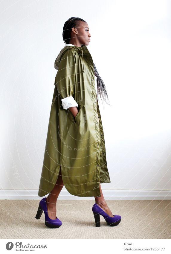 Tash Raum Frau Erwachsene Mantel Damenschuhe Haare & Frisuren schwarzhaarig grauhaarig langhaarig Rastalocken Afro-Look beobachten gehen Blick Coolness schön