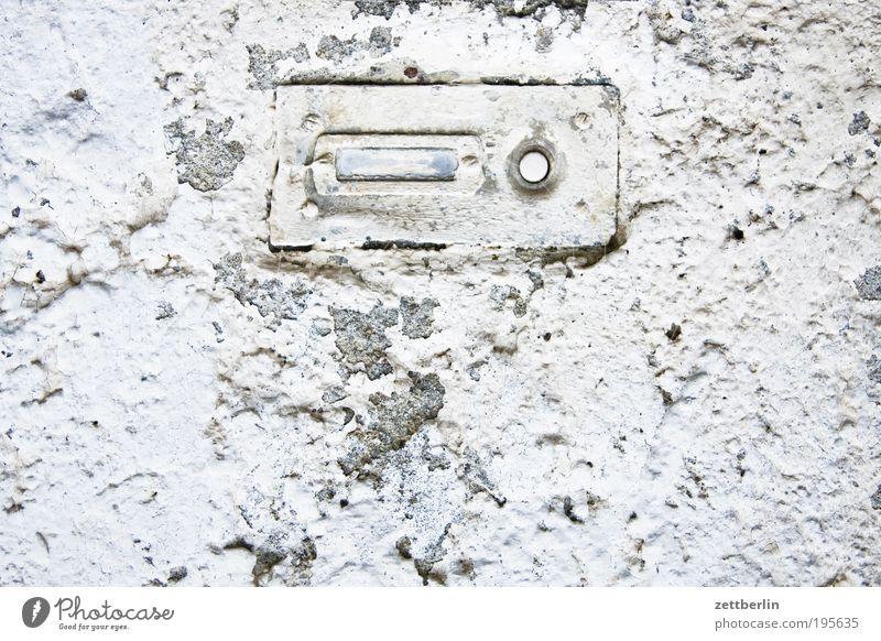 Keiner da. Klingel Namensschild name Besucher anonym weiß Kalk Putz rau rauhputz Oberfläche Strukturen & Formen Ordnung Knöpfe Signal Information