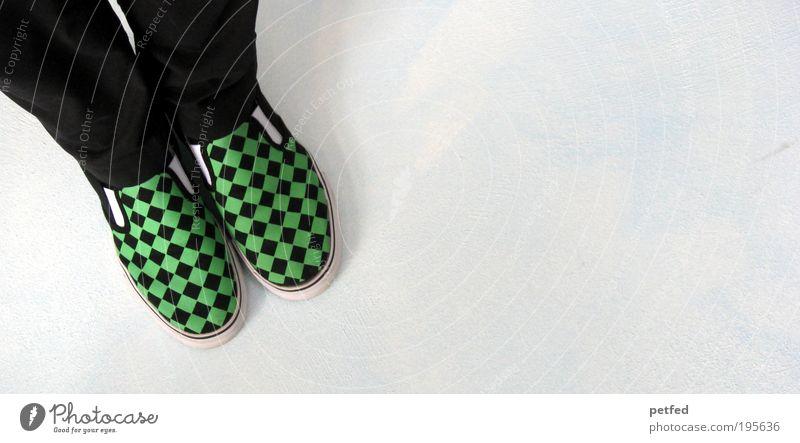 Kleinkariert? Mensch Beine Fuß 1 Jugendkultur Punk Mode Bekleidung Schuhe Turnschuh Slip on stehen warten einzigartig grün schwarz geduldig ruhig Ausdauer
