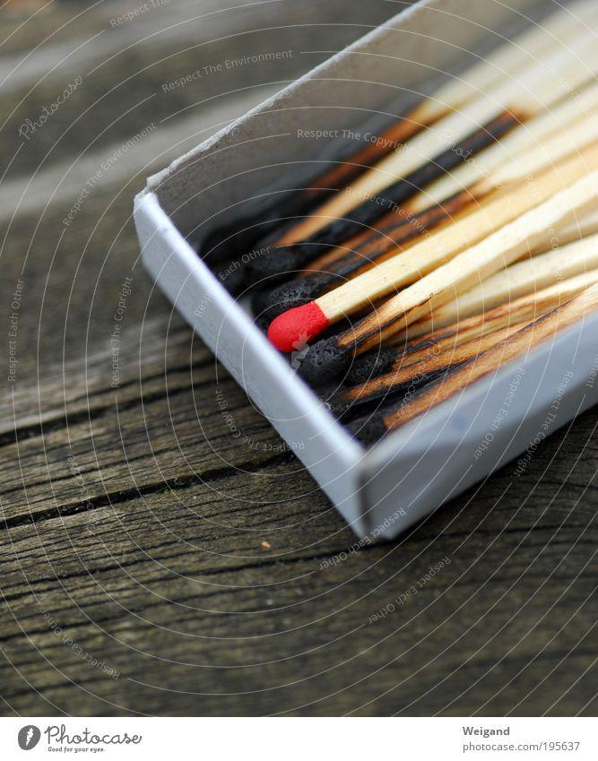 Deine Chance rot Einsamkeit schwarz Holz grau Dekoration & Verzierung einzeln Feuer Risiko Mut Basteln Streichholz Sinnesorgane verbrannt Chance Feuerzeug