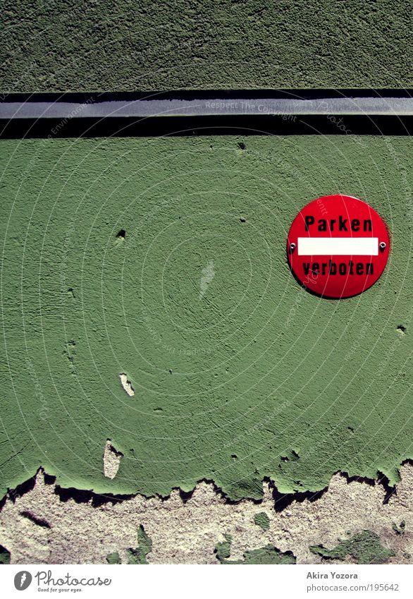Parken verboten Haus Mauer Wand Fassade Putz Verkehr Verkehrszeichen Verkehrsschild Verbote Verbotsschild Stein Metall alt stehen kaputt klein grün rot silber