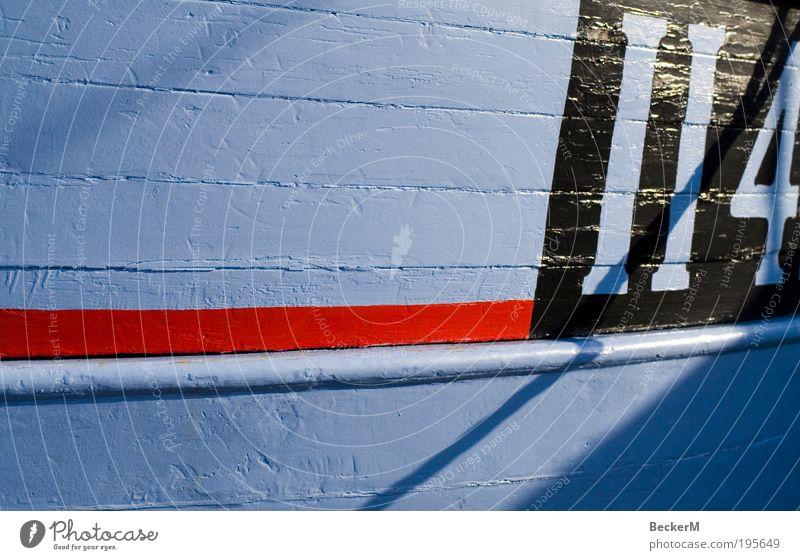 II4 Schifffahrt Fischerboot Holz Arbeit & Erwerbstätigkeit rot schwarz weiß ruhig fleißig Farbfoto Außenaufnahme Morgen Licht Schatten Totale