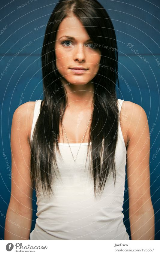 #195657 Stil schön Haare & Frisuren Leben harmonisch Wohlgefühl Mensch feminin Frau Erwachsene Kopf Gesicht T-Shirt Schmuck brünett langhaarig Blick Coolness