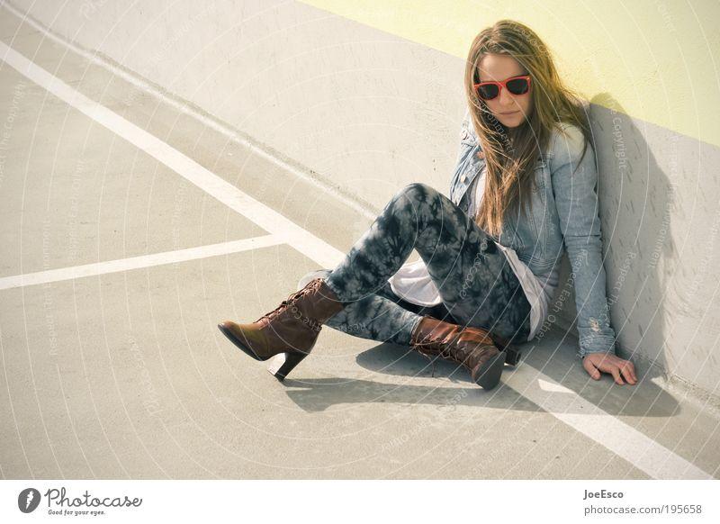 #195658 Lifestyle elegant Stil schön Wohlgefühl Erholung ruhig Freiheit Mensch feminin Frau Erwachsene Leben Mauer Wand Mode Bekleidung Sonnenbrille Stiefel