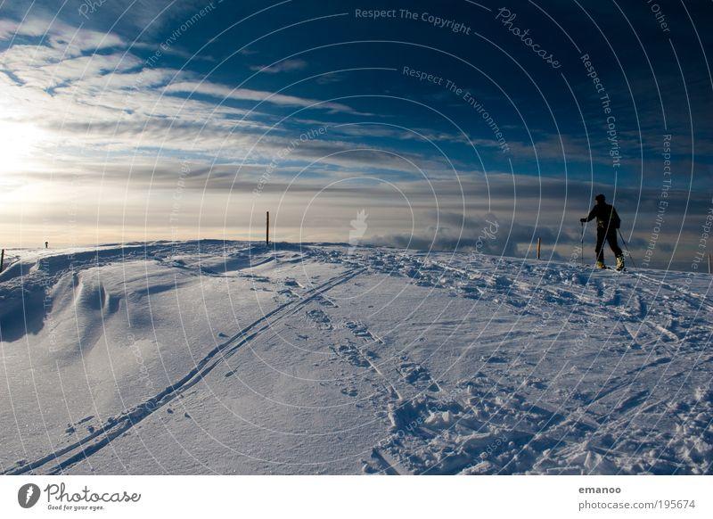 ski hiking Freude Winter Schnee Winterurlaub Berge u. Gebirge wandern Wintersport Skier Skipiste Mensch maskulin Junger Mann Jugendliche 1 Natur Klima Wetter