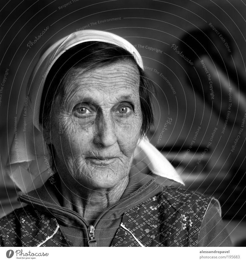 Anna Klara Weiblicher Senior Frau Großmutter Kopf 1 Mensch 60 und älter alt schwarz weiß Gefühle Güte Menschlichkeit Gelassenheit ruhig Innenaufnahme Porträt
