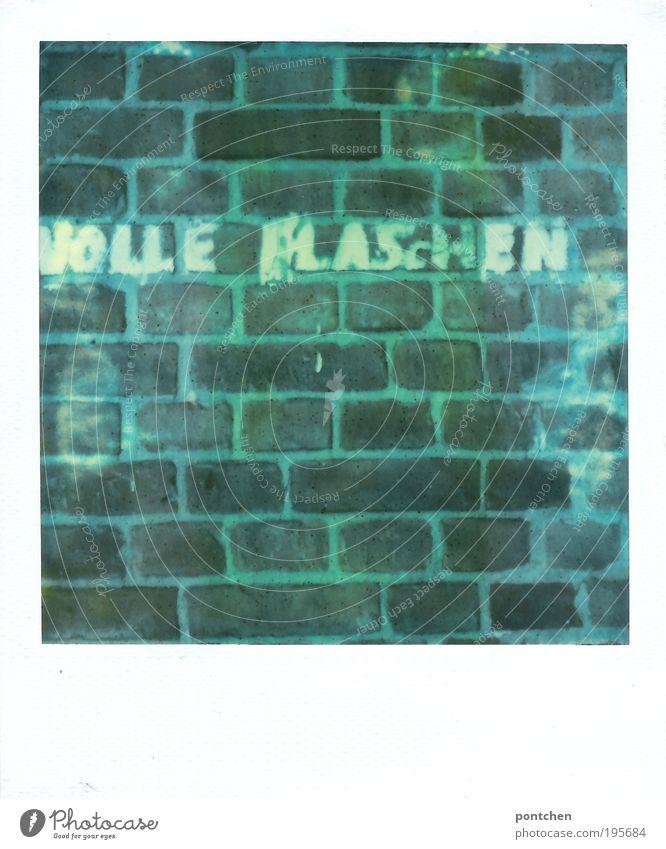 Volle Flaschen blau grün Haus Graffiti Mauer Lebensmittel Glas Schriftzeichen Buchstaben Gastronomie Backstein Reichtum trashig Alkohol Feierabend