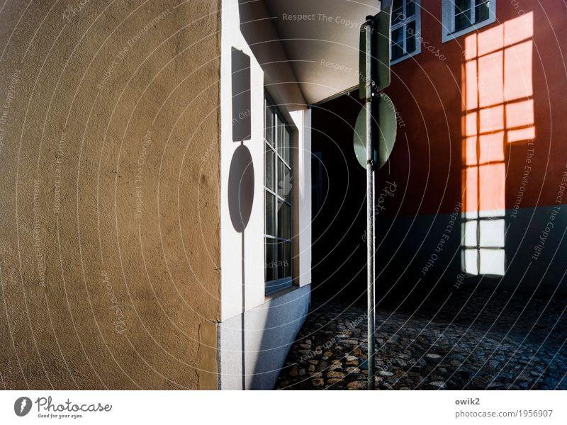 Straßenbeleuchtung Haus ruhig Fenster Wand Gebäude Mauer Stein Deutschland Fassade Metall leuchten glänzend Schilder & Markierungen Beton Gelassenheit Altstadt