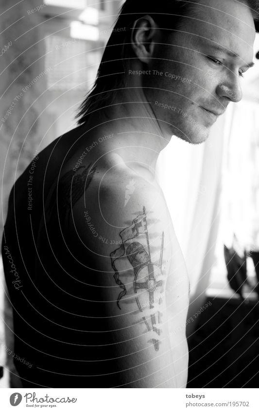 Martin maskulin Junger Mann Jugendliche Erwachsene Leben 18-30 Jahre Gefühle Stimmung Tattoo Stolz Gedanke ruhig Zufriedenheit langhaarig Ritter nackt