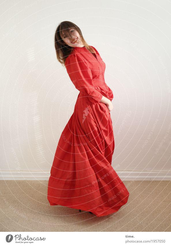 . Raum feminin Frau Erwachsene 1 Mensch Kleid brünett langhaarig Bewegung drehen Erholung lachen Blick Tanzen Fröhlichkeit schön Freude Glück Lebensfreude