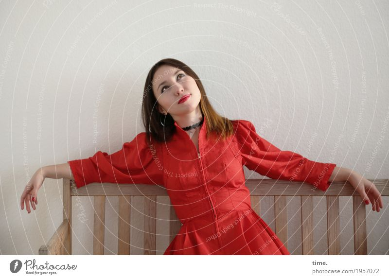 . Raum Bank feminin Frau Erwachsene 1 Mensch Kleid Schmuck brünett langhaarig beobachten Erholung Lächeln Blick sitzen schön Glück Zufriedenheit Lebensfreude