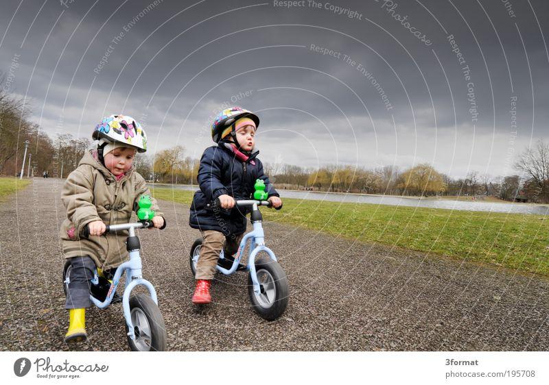 RENNEN Freude Spielen Fahrradtour Kindererziehung Kindergarten Mensch Kleinkind Geschwister Familie & Verwandtschaft Kindheit Leben 2 1-3 Jahre