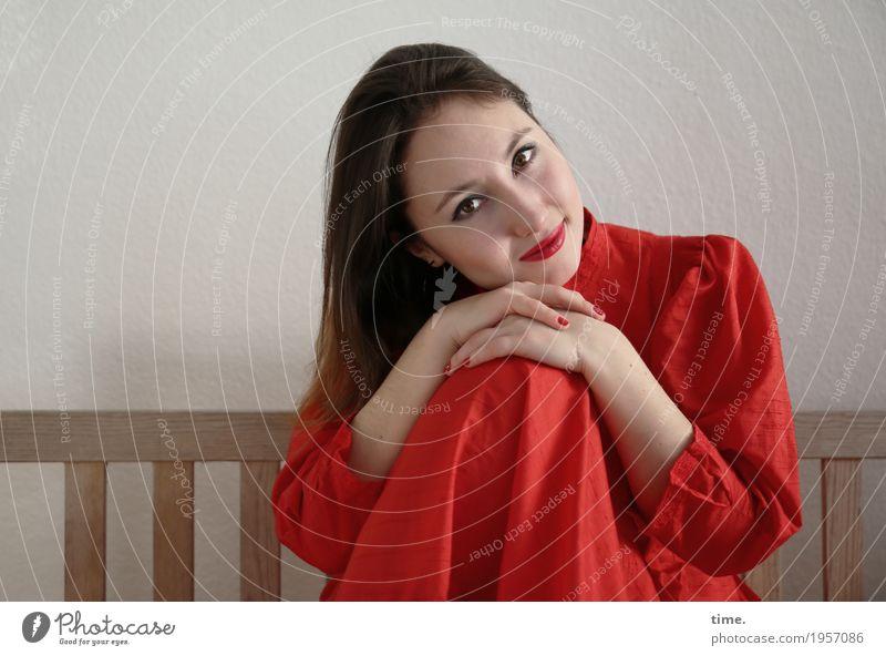 . Bank feminin Frau Erwachsene 1 Mensch Kleid brünett langhaarig beobachten festhalten Blick sitzen warten Freundlichkeit schön rot Zufriedenheit Lebensfreude