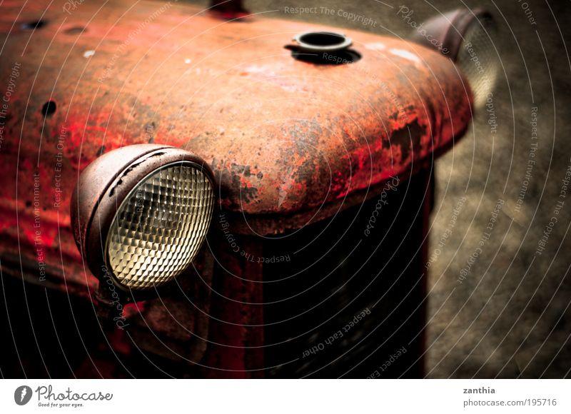 old eyes Fahrzeug Traktor alt Blick warten dreckig kaputt Originalität rund braun grau rot geduldig ruhig Bewegung Einsamkeit Ende Endzeitstimmung stagnierend