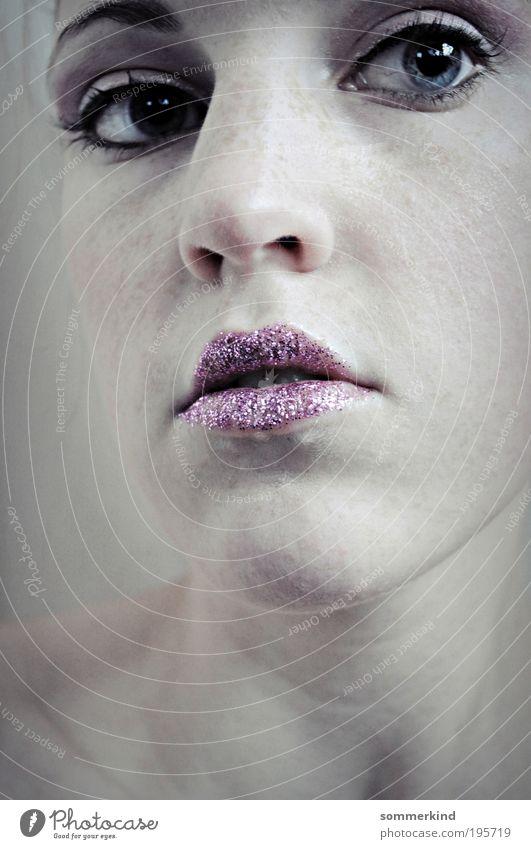 hard soul Mensch Jugendliche blau weiß Junge Frau 18-30 Jahre Ferne kalt Erwachsene Gesicht feminin rosa glänzend Haut Nase Lippen