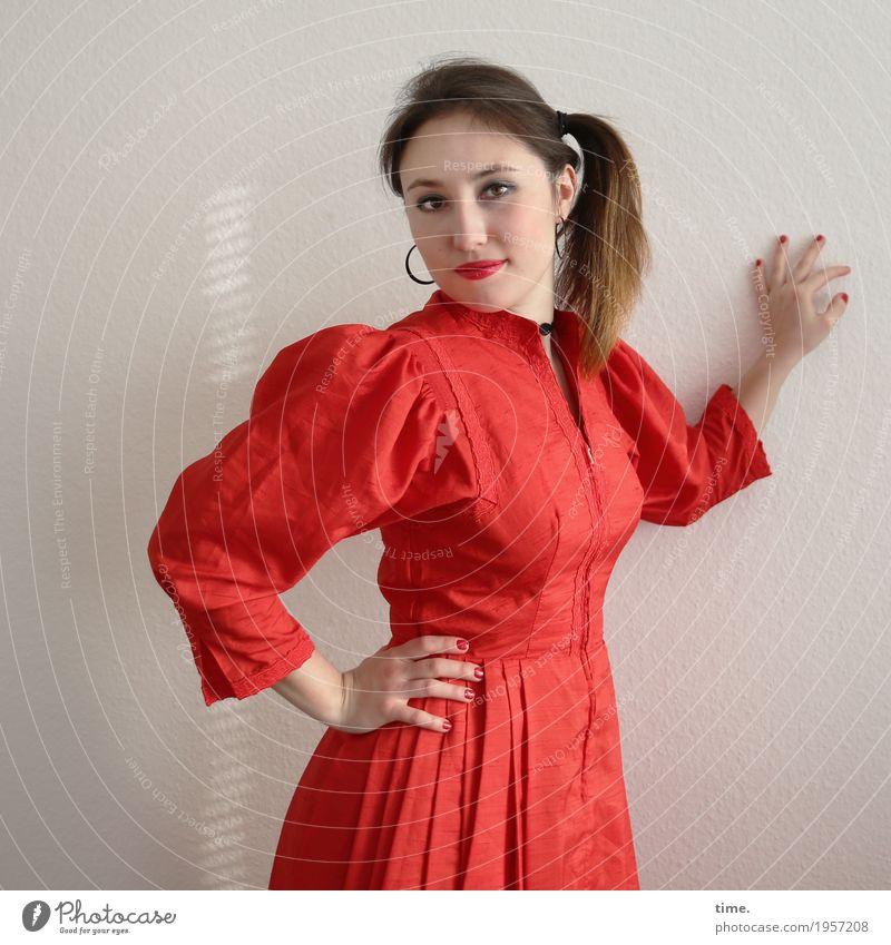 . feminin Frau Erwachsene 1 Mensch Kleid Ohrringe Haare & Frisuren brünett langhaarig Zopf beobachten festhalten Blick stehen elegant Freundlichkeit schön rot