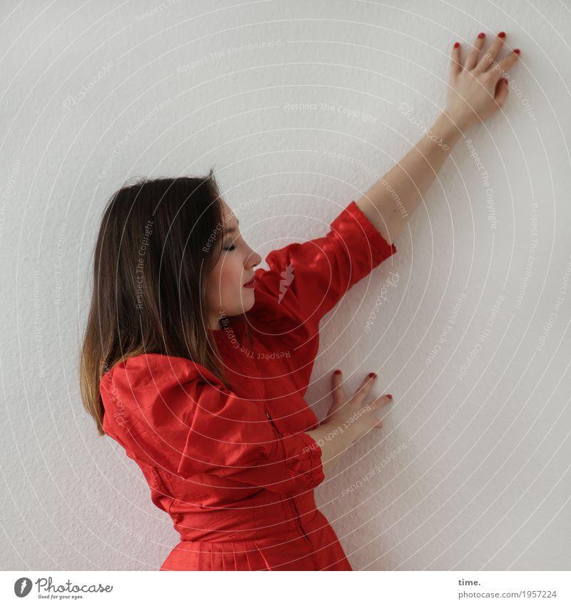 . Raum feminin Frau Erwachsene 1 Mensch Mauer Wand Kleid brünett langhaarig berühren Denken Erholung Lächeln träumen ästhetisch rot Zufriedenheit Leidenschaft