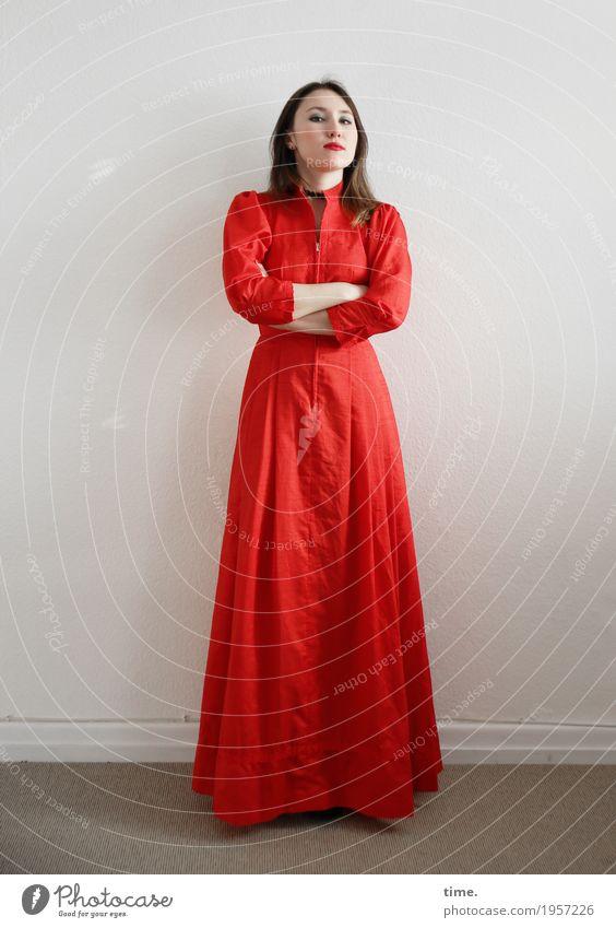 . Raum feminin Frau Erwachsene 1 Mensch Kleid brünett langhaarig beobachten festhalten Blick stehen warten Coolness schön rot selbstbewußt Willensstärke Macht