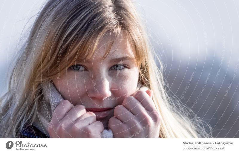 Blonde Frau mit Sommersprossen Mensch Jugendliche blau Junge Frau schön weiß Hand 18-30 Jahre Gesicht Erwachsene Auge gelb natürlich feminin Haare & Frisuren