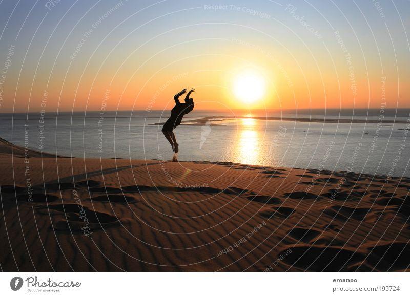 Saltosommer Mensch Jugendliche Ferien & Urlaub & Reisen Sonne Sommer Meer Freude Strand Erwachsene Freiheit Bewegung springen Küste Horizont fliegen